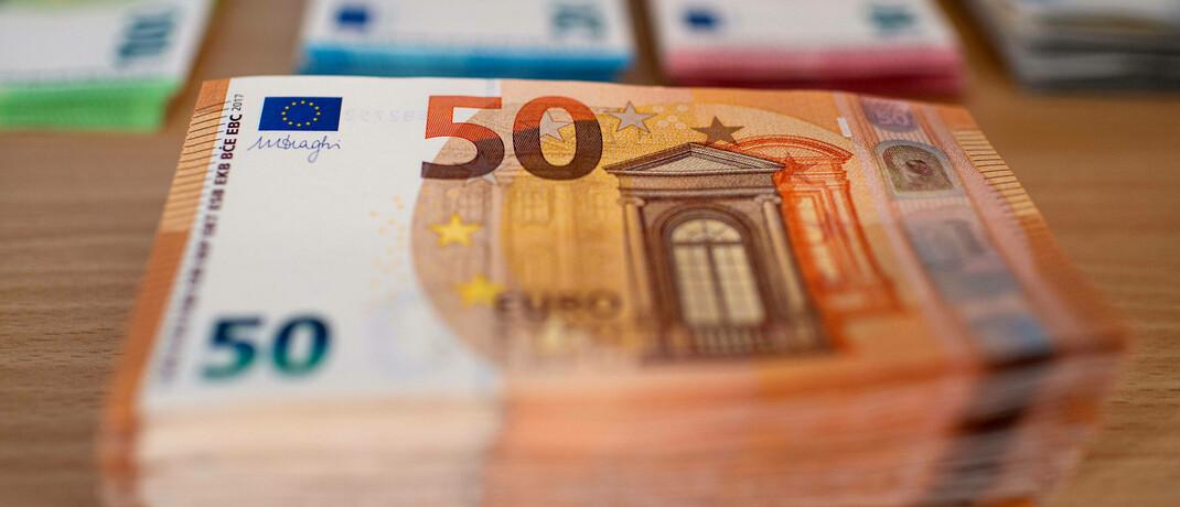 Gestapelte Euroscheine: Deutsche Robo-Advisor ziehen im EU-Vergleich die meisten Mittel an. am erfolgreichsten.