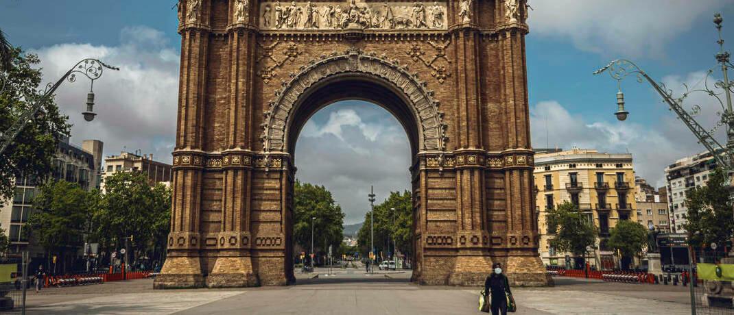 Gähnende Leere vor dem Triumphbogen in Barcelona: Inwieweit lassen sich die ökonomischen Folgen der Corona-Pandemie mit jenen der Spanischen Grippe von 1918 vergleichen? |© imago images / ZUMA Wire