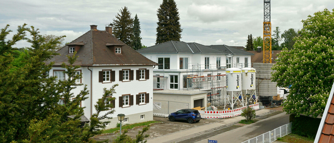 Baustelle in einem Wohngebiet: Ein neues Gesetz will bestimmen, dass die Vermittlercourtage bei Immobilienkäufen zwischen Käufer und Verkäufer aufzuteilen ist. Heute soll der Bundestag darüber abstimmen.