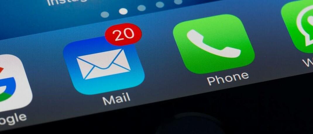 Smartphone-Display: Telefon und E-Mail sind nach wie vor die wichtigsten Kommunikationswege der deutschen Versicherungsbranche, zeigt eine aktuelle Umfrage. © Foto von Torsten Dettlaff von Pexels