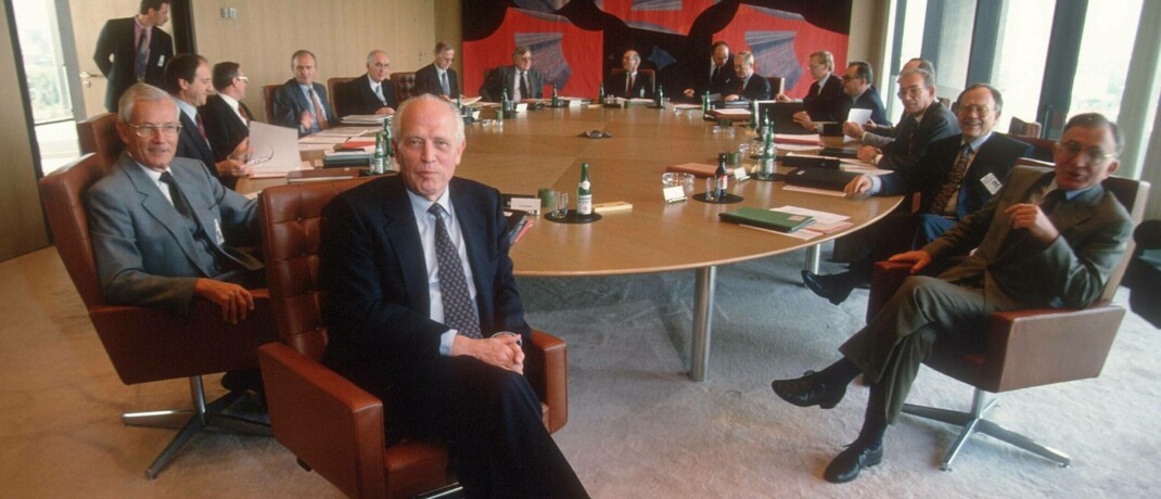 Helden der Stabilität: Der Zentralbankrat um Bundesbankpräsident Hans Tietmeyer (vorn) im Jahr 1993.