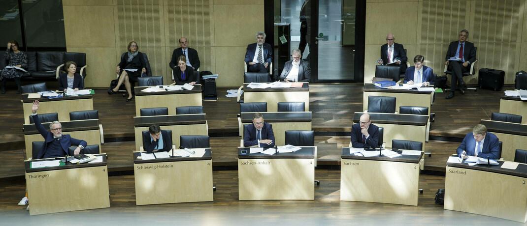 Momentaufnahme aus der heutigen Plenarsitzung des Bundesrats: Die Ländervertreter fordern, das Aufsichtsübertragungsgesetz noch einmal zu überprüfen.