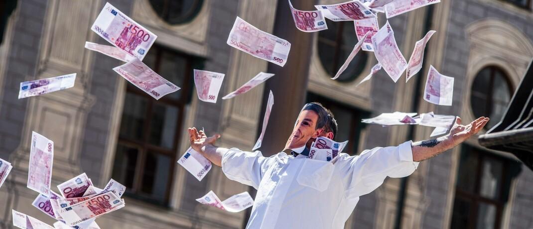 Ein Mann wirft während eines Milchbauern-Protests in der Corona-Pandemie mit falschen Geldscheinen um sich: Seit dem Beginn der Corona-Krise investieren die Deutschen besonders viel Geld am Aktienmarkt.