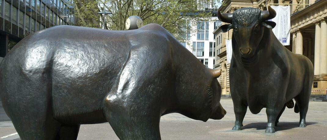 Bulle und Bär vor der Frankfurter Börse: Sehr wenige Aktien haben derzeit einen signifikanten Einfluss auf die Wertentwicklung von Indizes.|© imago images / Jan Huebner