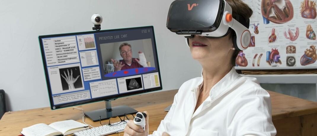 Ärztin nutzt Virtual-Reality-Brille zur Darstellung einer Untersuchung: Neuartige Anwendungen sind in der Medizin gerade jetzt auf dem Vormarsch.