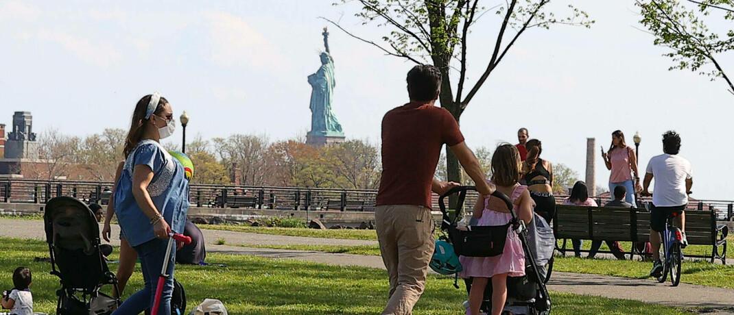 Blick auf die Freiheitsstatue in New Jersey: Die Folgen der Corona-Krise auf die US-Wirtschaft sind dramatisch, vor allem der Konsum – der Wachstumsmotor der USA ist stark zurückgegangen. |© mago images / ZUMA Wire