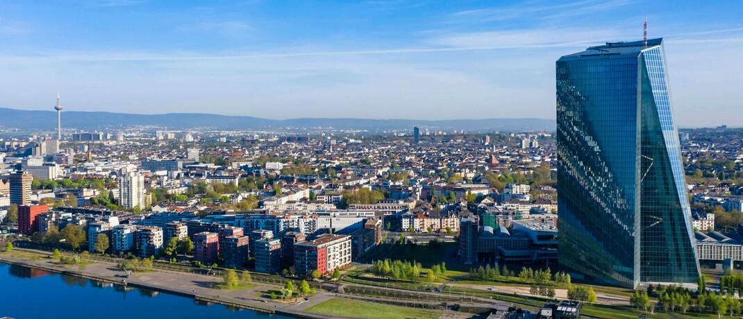 Skyline von Frankfurt mit dem Hauptquartier der Europäischen Zentralbank: Inflation trägt dazu bei, die Rädchen des wirtschaftlichen Fortschritts zu schmieren. Das ist einer der Hauptgründe, weshalb die Zentralbanken in den Vereinigten Staaten, Japan, der Eurozone und Großbritannien alle eine gemeinsame Zielinflationsrate von zwei Prozent anstreben.