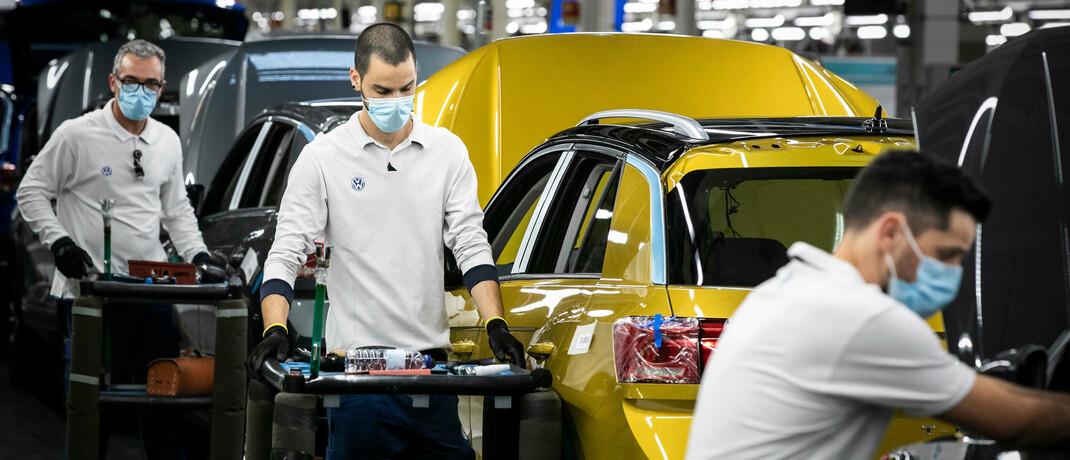 Volkswagen-Mitarbeiter in einem Werk im portugiesischen Palmela: 2019 wurden so viele Fahrzeuge verkauft wie nie zuvor. Während des Corona-Lockdowns brach der Absatz ein. © imago images / ZUMA Wire