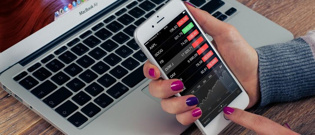Kurs-Check mit dem Smartphone: Die Bafin verbot im Mai häufig das Finanztransfergeschäft, das Online-Handelsplattformen Kundengeld liefern sollte.|© William Iven / Pixabay