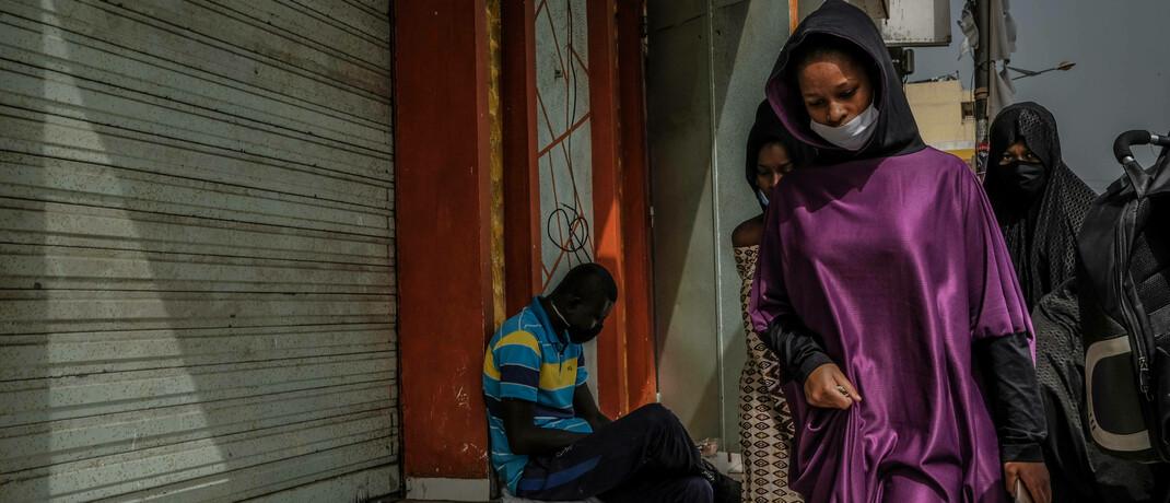 Straßenszene im Senegal: Afrikas hat zwar Erfahrungen im Umgang mit Epidemien, doch die Mittel sind begrenzt.