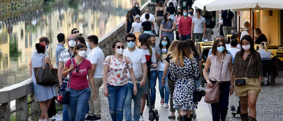 Passanten in Mailand: Weltweit wollen Regierungen die Corona-Maßnahmen lockern