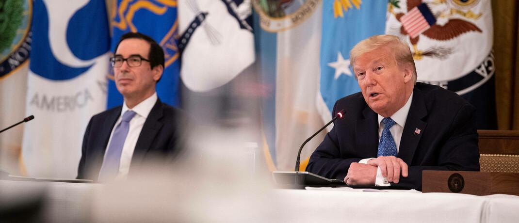 Schuldenmacher unter sich: US-Finanzminister Steven Mnuchin (links) und Präsident Donald Trump können nur hoffen, dass das alte Zinsniveau der 90er Jahre nicht mehr wiederkommt.