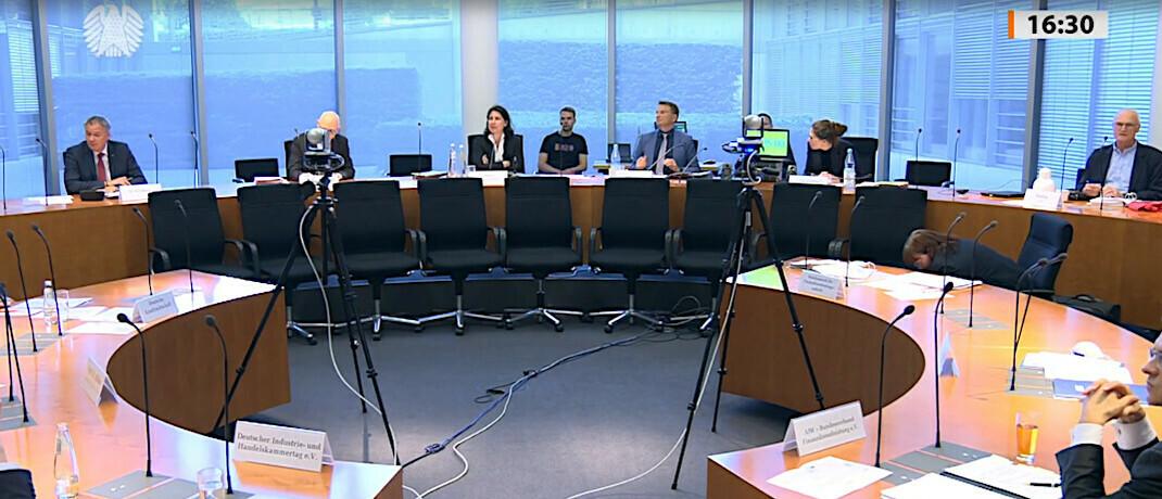 Fragestunde im Bundestag: Vertreter von Bund und Ländern befragten heute Experten zum geplanten neuen Aufsichtsregime für Finanzanlagenvermittler.  © Bundestag/Screenshot