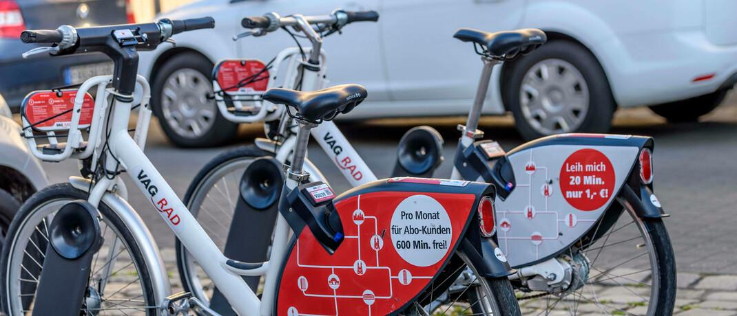 Stadträder auf einem Parkplatz: Die Corona-Krise stellt hohe Anforderungen an nachhaltiges Management.