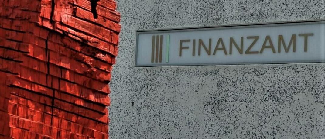 Hinweisschild am Finanzamt Regensburg: |© imago images / Manfred Segerer