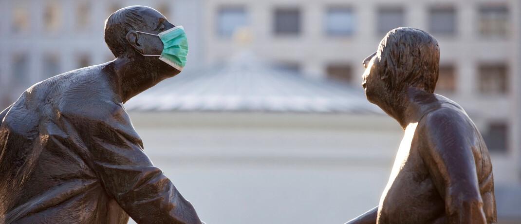 Skulptur mit Schutzmaske vor dem Brunnen Kreislauf des Geldes in Aachen: Der Mischfonds Vates Parade kam solide durch die Corona-Turbulenzen