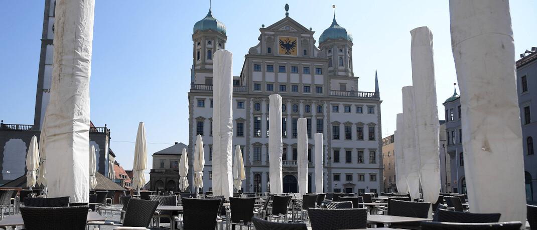 Augsburger Rathaus: Die Ausgangsbeschränkung führt dazu, dass Cafés geschlossen bleiben und kaum Menschen in die Stadtzentren gehen.