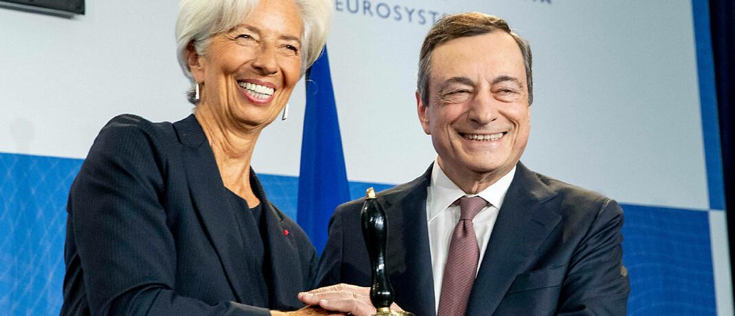 Mario Draghi bei der Übergabe des EZB-Vorsitzes an seine Nachfolgerin Christina Lagarde: Draghi hatte 2012 in einer Rede zugesichert, den Euro unter allen Umständen stützen zu wollen, und damit die Eurokrise entspannt.|© imago images / Italy Photo Press