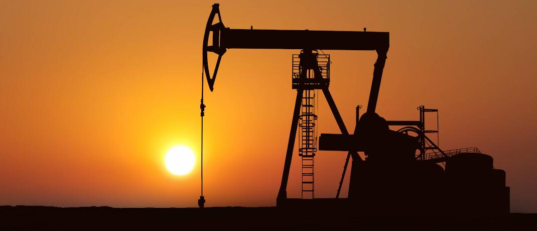 Ölpumpe im Sonnenuntergang: Der niedrige Ölpreis lässt die US-Fracking-Industrie zwar nicht untergehen, aber sehr leiden.