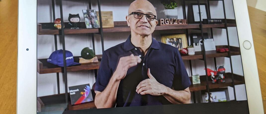 Microsoft-Chef Satya Nadella standesgemäß in einer Video-Schalte per Tablet: Die Aktie der Windows-Macher stellt im US-ETF die zweitgrößte und im globalen ETF die größte Position. © imago images / Kyodo News