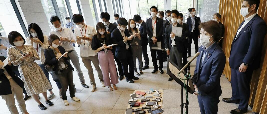 Die japanische Olympia-Ministerin Seiko Hashimoto (r.) vor Medienvertretern: Die Olympischen Spiele sollen aufgrund der Corona-Pandemie statt in diesem Jahr erst 2021 in Tokio stattfinden.