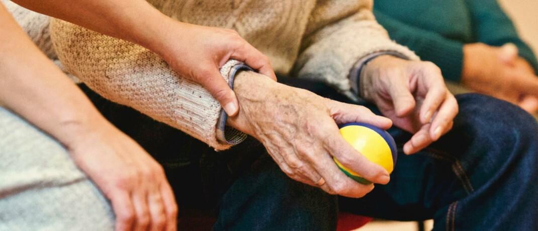 Helfende Hände: Die meisten über 65-Jährigen haben nicht für den Pflegefall vorgesorgt.|© Pexels