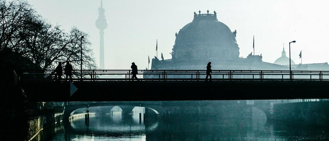 Berlin im Morgendunst: Auch in Bezug auf den neuen Vanguard-Robo-Advisor steckt noch einiges im Nebel.|© wal_172619 / Pixabay