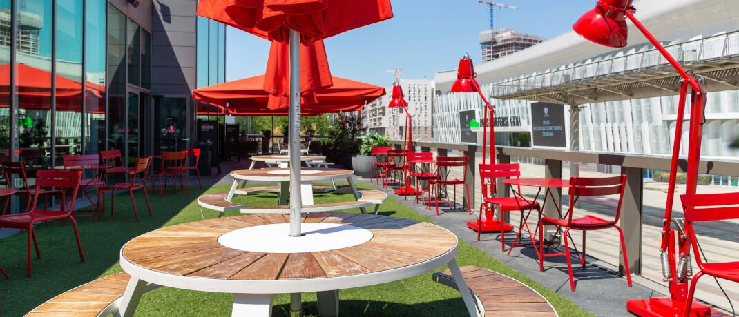 Trotz Frühlingswetter und Sonnenschein bleiben diese Stühle und Tische in einem Café leer © imago images / Hans Lucas