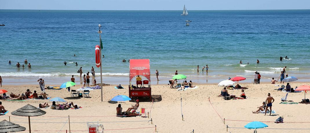 Eingeschränkter Betrieb am Strand von Cascais bei Lissabon, Portugal: Versicherungsvermittler, die sich auf Branchen wie Tourismus, Hotel- und Gaststättengewerbe und Veranstaltungsmanagement spezialisieren, müssen um ihr Bestandsgeschäft fürchten, meint Rechtsanwalt Jürgen Evers.