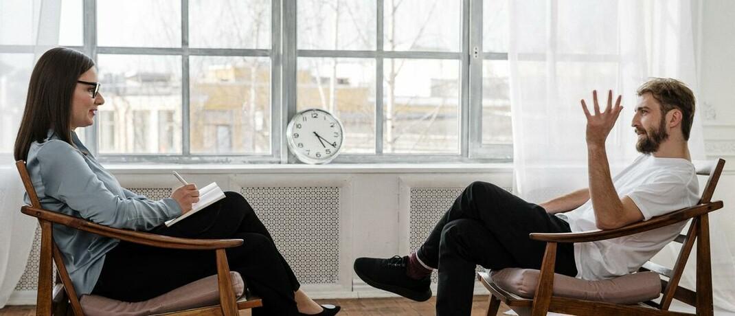 Therapiesitzung: Der Verlust der Arbeitskraft hat häufig psychische Ursachen.|© Foto von cottonbro von Pexels