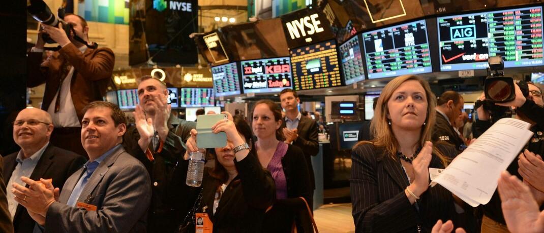 Applaus von Gästen und Tradern an der Börse New York: Die Nasdaq-Indizes haben erstmals in ihrer Geschichte die Marke von 10.000 Punkten durchbrochen. © imago images / Xinhua