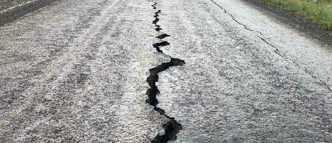 Eine Straße in der türkischen Provinz Bingöl ist durch ein kräftiges Erdbeben eingerissen.|© imago images / Xinhua / Mustafa Kaya