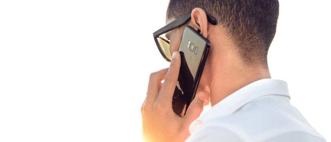 Mann mit Mobiltelefon: Auf dem Internetportal Whofinance können Kunden Finanz- und Versicherungsberater bewerten.