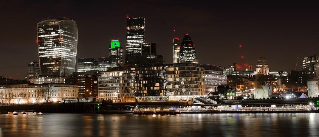Londoner City bei Nacht: Bei Künstlicher Intelligenz sollen die Entscheidungs- und Lernwege in der Finanzwirtschaft nicht im Dunkeln bleiben.|© Skitterphoto / Pixabay.com