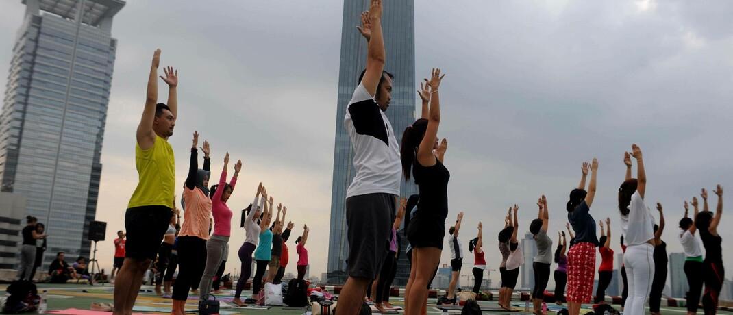 Yoga-Übungen auf einer Dachterrasse in Jakarta: Indonesien eröffnet Anleiheinvestoren aufgrund disziplinierterer Fiskalpolitik und einer stärkeren wirtschaftlichen Position derzeit bessere Chancen als Indien.