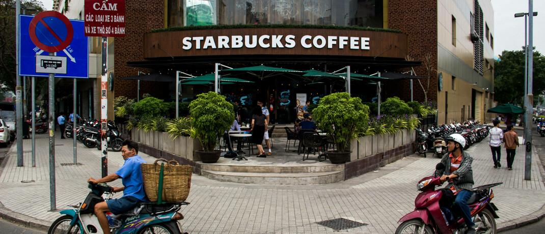 Starbucks-Filiale in Vietnam: Die US-Kaffeehauskette hat 2019 drei nachhaltige Anleihen emittiert und eine Milliarde US-Dollar beschafft – Vorbild für andere Unternehmen.