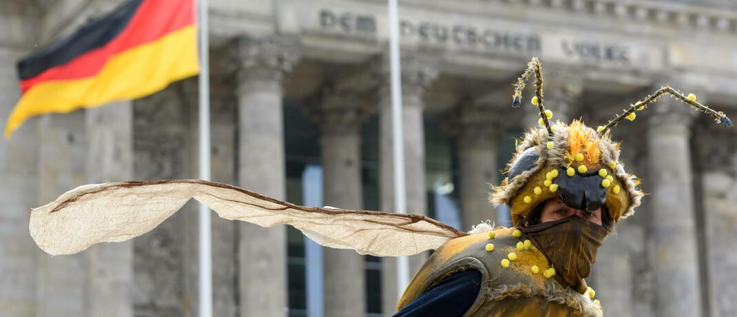 Klimaaktivistin demonstriert in Berlin gegen die Hilfsmaßnahmen der Bundesregierung für die deutsche Autoindustrie: Die Europäische Union hat jüngst ihr Bekenntnis zum Europäischen Grünen Deal bekräftigt; er soll ein Viertel des Konjunkturpakets ausmachen.|© imago images / snapshot