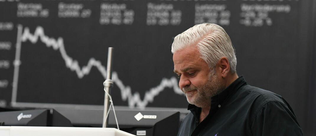 Aktienhändler vor der berühmten Dax-Tafel im Handelsraum der Deutschen Börse in Frankfurt.|© imago images / Xinhua / Lu Yang