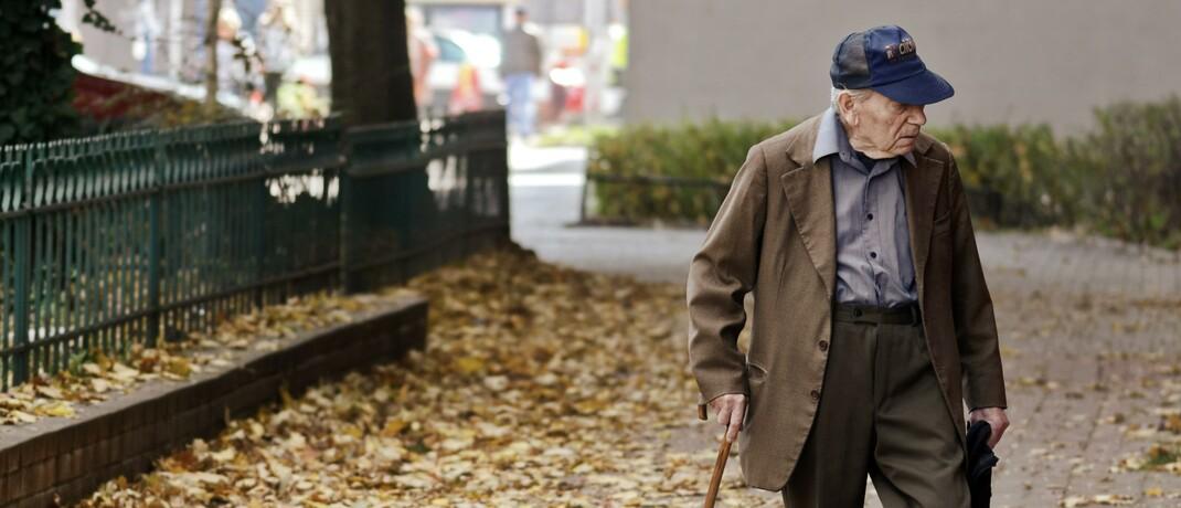 Älterer Mann mit Krückstock: Die Grundrente wird wohl erst nach der Sommerpause verabschiedet werden.