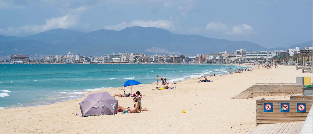 Ungewohnt leerer Strand zur Hauptsaison auf der Ferieninsel Mallorca: Im Zuge der Corona-Krise sind viele Wirtschaftszweige stark eingebrochen, unter anderem die Tourismus-Industrie.