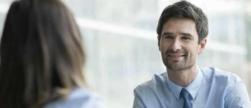 Beratungsgespräch: Eine aktuelle Untersuchung schätzt die Änderungen am Beratermarkt unter einer Bafin als Aufsichtsbehörde ein.