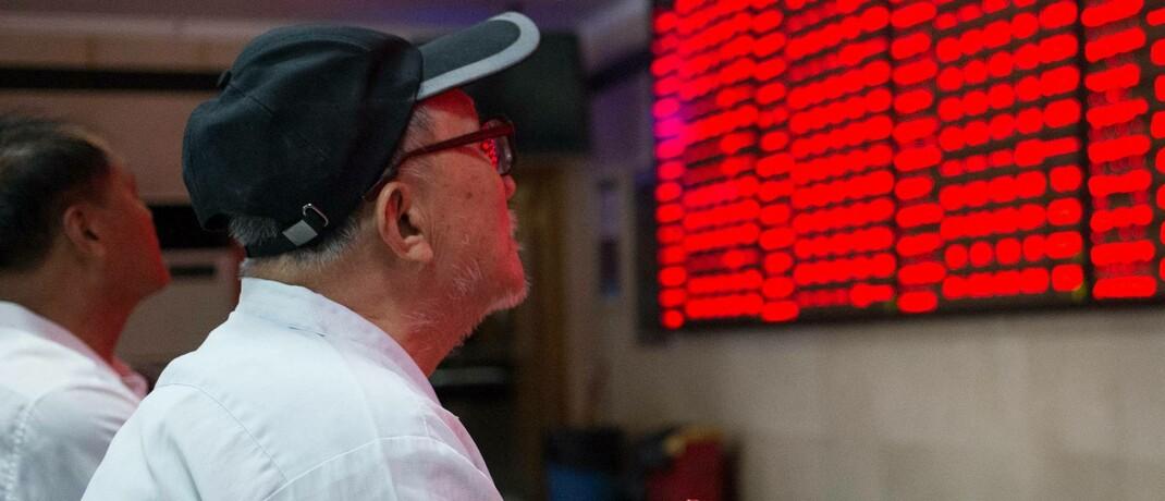 Anleger beobachten die Aktienkurse in Nanjing, China: Die Korrelation zwischen dem chinesischen Inlandsmarkt und anderen Aktienmärkten bleibt weiterhin gering |© imago images / Xinhua