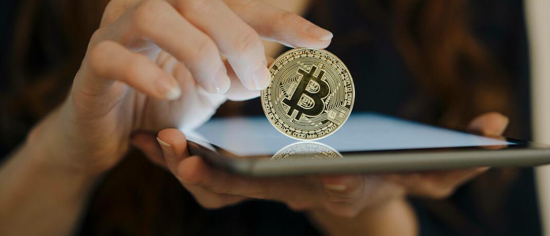 Symbolisch geprägte Bitcoin-Münze: Die Hoch-Phase der Kryptowährungen steht erst noch bevor, ist Vermögensverwalter Uwe Zimmer überzeugt.