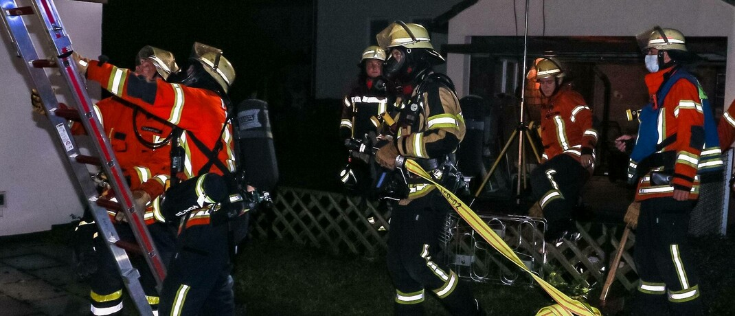 Feuerwehr-Einsatz bei einem Wohnungsbrand: Brennt die Wohnung eines Drogendealers ab, muss dessen Hausratversicherung nicht leisten.|© imago images / KS-Images.de