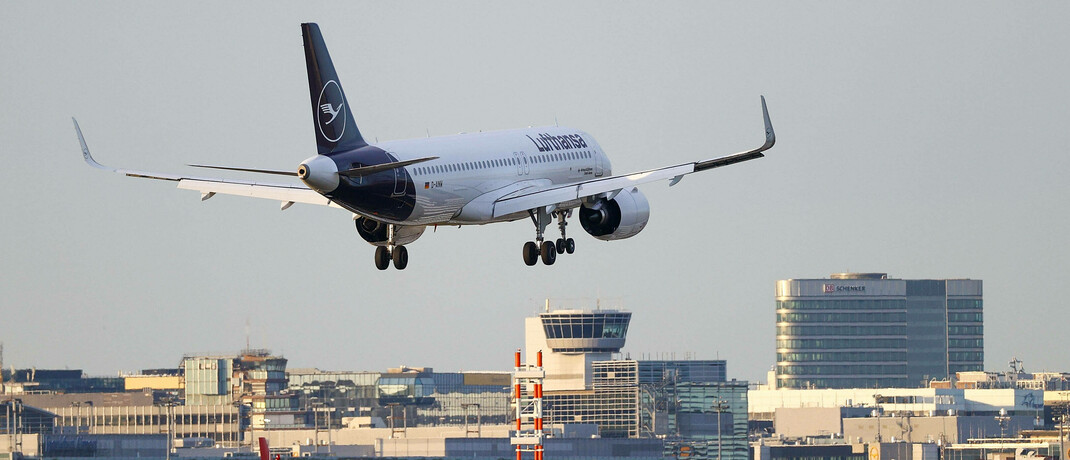 Lufthansa-Flieger am Frankfurter Flughafen.|© imago images / HMB-Media / Joaquim Ferreira