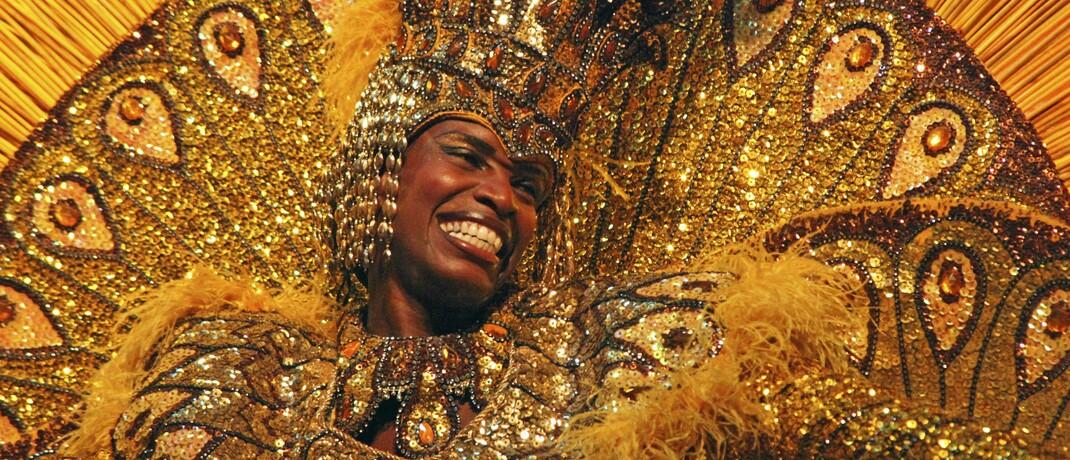 In Gold gekleidete Tänzerin in Rio, Brasilien: Gold ist nur eines der Rohstoffe, die Lateinamerika exportiert und die groß nachgefragt werden.|© imago images / Danita Delimont