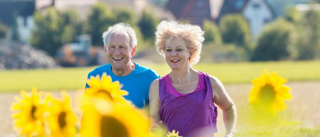 Senioren beim Joggen: Die steigende Lebenserwartung sei einer der Gründe für die Beitragserhöhungen in der PKV, so die M&M-Analysten.|© imago images / Panthermedia