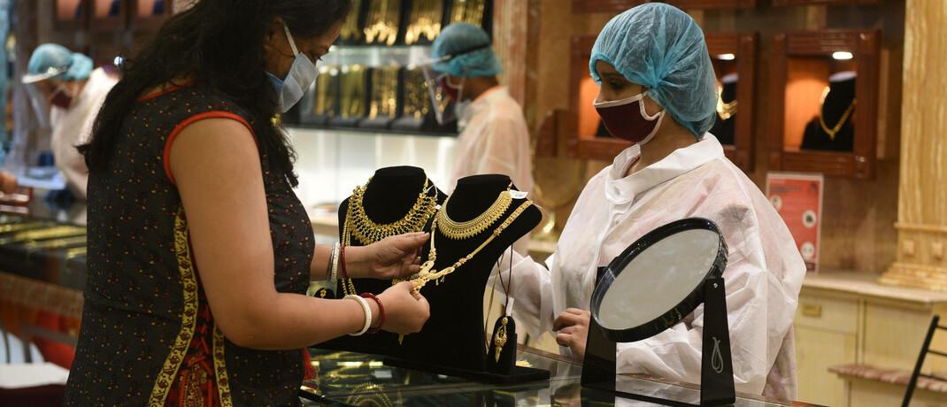 Kundin in einem Schmuckladen im indischen Kolkata: In Indien spielt Gold insbesondere bei Familienfesten eine große Rolle.