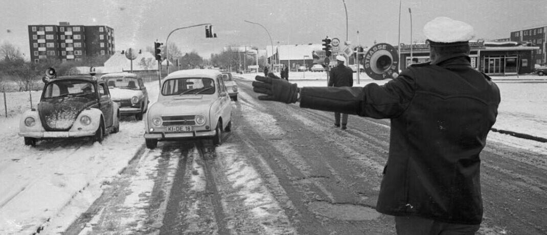 Straßenkontrolle an einem autofreien Sonntag in Kiel, November 1973: Die Verbindung aus rasant steigenden Preisen und hoher Arbeitslosigkeit war einzigartig für die Situation vor knapp 50 Jahren.
