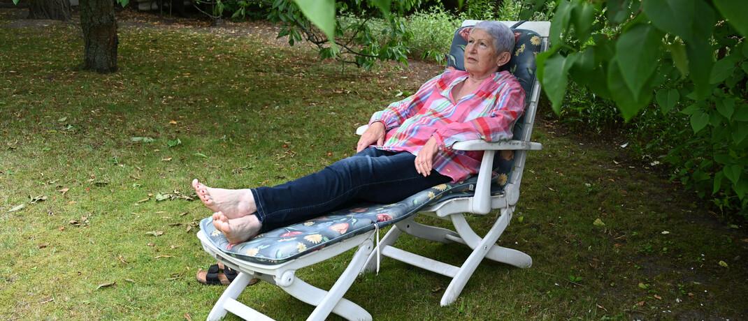 Ältere Dame im Liegestuhl: Viele Vorbehalte gegen die Rürup-Rente relativieren sich bei genauerer Betrachtung, sagt FPSB-Deutschland-Chef Rolf Tilmes.|© imago images / Petra Schneider